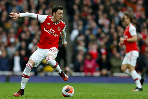 Wilshere defends axed Ozil