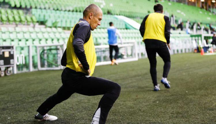 Arjen-Robben-201205-Warming-up-Stretching-G1050
