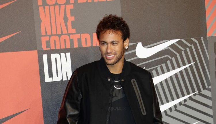 Neymar-180207-Posing-G-1050