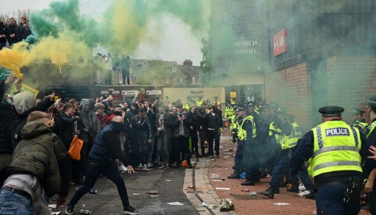 protest fans n police