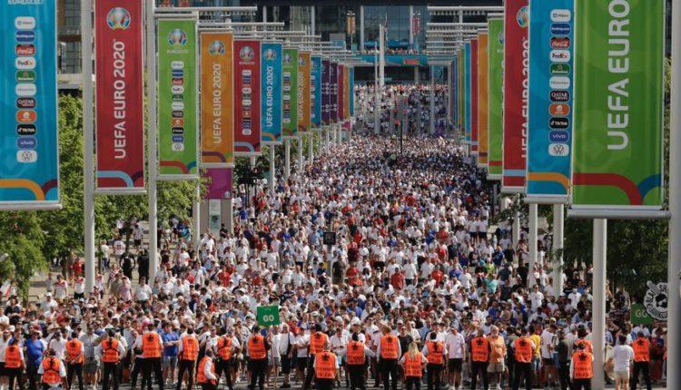 Wembley-Fans-210613-Leaving-G-1050