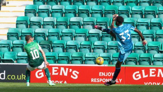 Arsenal keeper Arthur Okonkwo's error in goal led to Hibernian's first goal.